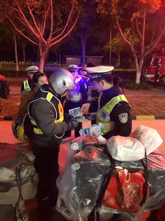泉州晋江交警为铁骑发放《道路交通事故快速处理服务指南》。
