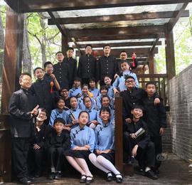 南京小学六年级学生拍创意毕业照 尽情展示朝气蓬勃