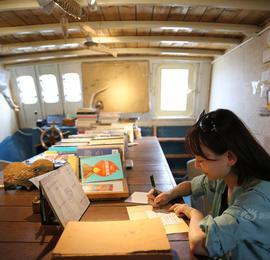 """海南三亚:""""渔船""""变""""书房"""" 渔民读书好去处"""