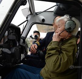 """82岁""""硬核奶奶""""重返蓝天 驾机翱翔成都上空半小时"""