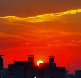晚霞映落日 余暉盡染城 濟南傍晚紅似鳳凰浴火