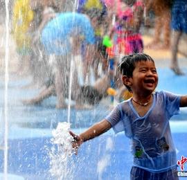 福州高温持续在线 小朋友们戏水享清凉