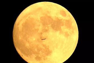 飞机穿过月亮神奇一幕