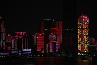 武汉长江灯光秀让市民游客流连忘返