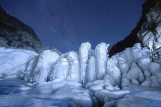 贺兰山星空下冰瀑晶莹如梦幻世界