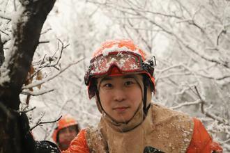 森林消防员遇见大雪