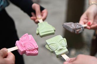 三星堆青铜面具冰淇淋吸引游客