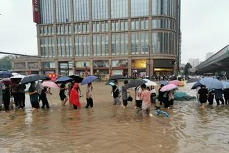 特大暴雨致郑州市区道路积水严重