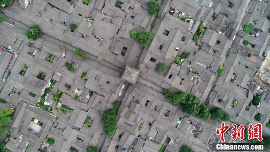 空中俯瞰古城一角。