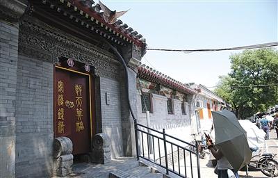 6月1日,东四四条胡同,一处已经修缮完毕的门楼。