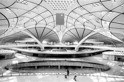 站在室内中心区域,航站楼的整体造型展现在面前