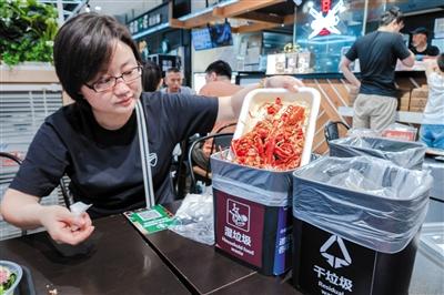 6月30日,上海,盒马鲜生在就餐区为食客提供干垃圾和湿垃圾两种垃圾桶。图/视觉中国