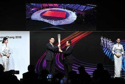 6月5日,平昌冬奥组委向北京冬奥组委赠送礼物。新京报记者 陶冉 摄