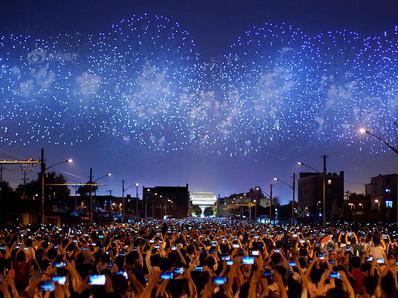 北京民众街头看烟花表演 齐刷举手机记录震撼瞬间