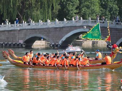 北京:龍潭公園上演賽龍舟