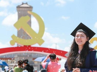 天安门广场庆祝建党百年主题景观吸引民众游览