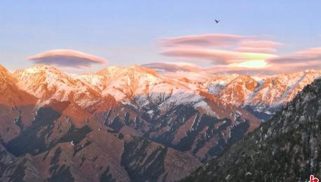 雪后新疆天山天池现祥云如梦如幻