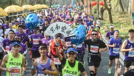 南京马拉松:3万选手古都秋景中奔跑