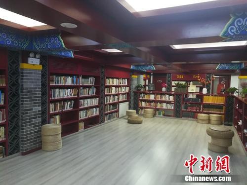 角楼图书馆的内部陈设也颇具古典元素。上官云 摄
