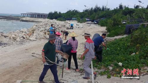 图为岛礁巡查员在赵述岛清理岛礁垃圾。赵述岛岛长梁锋供图