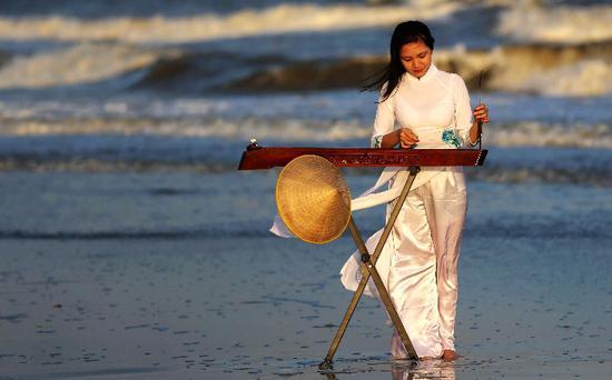 阮美霞在海边弹奏独弦琴。采访对象供图