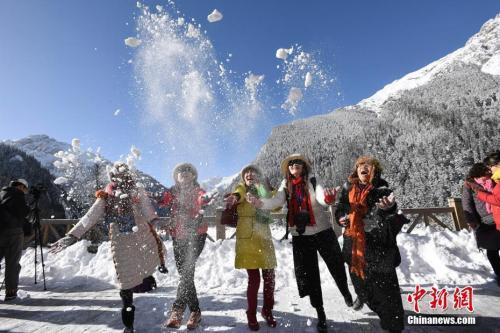 首批游客在长海景点参观。安源 摄