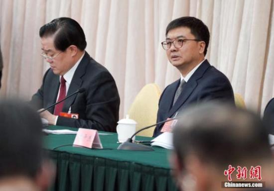 3月8日,十三届全国人大一次会议河北省代表团在北京举行全体会议。图为全国人大代表、河北省副省长、雄安新区管委会主任陈刚(右)出席会议。 中新社记者 毛建军 摄