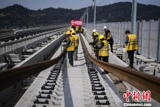 12日,杭州至黄山铁路客运专线轨道全线贯通 吴怀球 摄