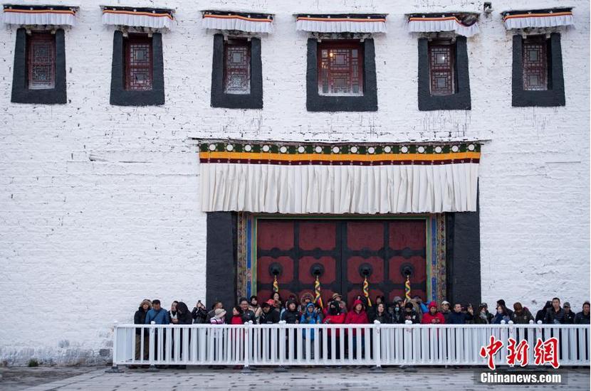 雪后排队等待参观布达拉宫的游客