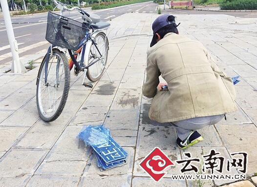 男子在路边叫卖车牌 朋友圈截图。   记者木晓雯/摄