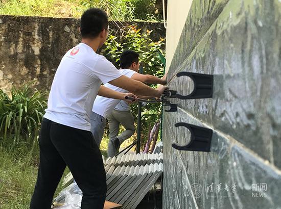 队员们在安装饮用水管路。