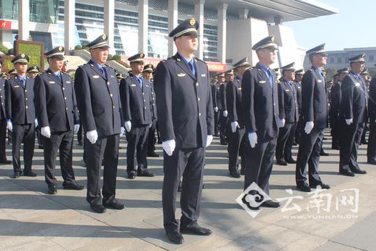 穿着新制服的城管执法队员整齐列队