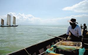 渔民捕捞起的鱼虾,由牵引船统一收购。