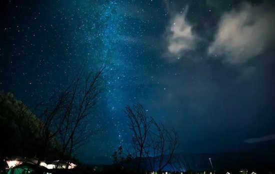 如果你不怕夜晚冷风的侵袭,也可以看它堂皇明亮的它,和身边的TA静守天空,看美丽星河。
