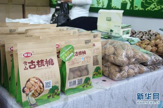 第十三届中国昆明国际农业博览会上的核桃产品。新华网 念新洪 摄