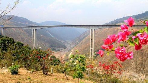 元江世界第一高桥(摄影:新浪博客 恒石视觉)