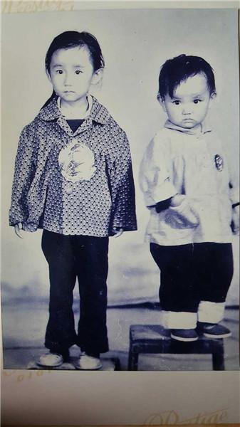 (童年时期的半夏和妹妹)