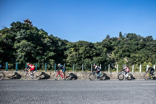格兰芬多自行车赛昆明站,骑行中的选手(摄影:刘路)