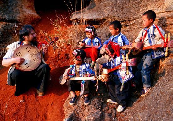 国家级《彝族(撒尼)大三弦舞》项目代表性传承人:毕光明