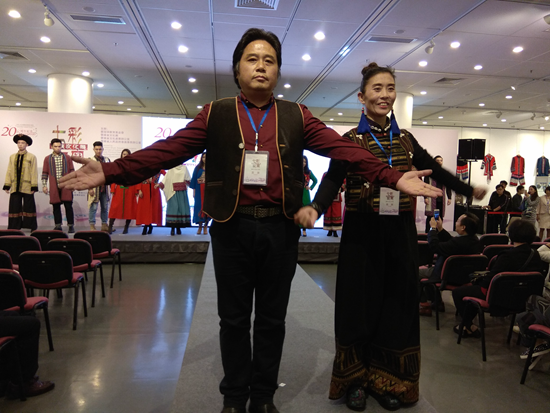 昆明狮魂文化传播有限公司设计总监高玉武(左一)在展会现场