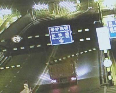 大货凌晨撞掉限高杆逃跑 6小时后被交警抓获