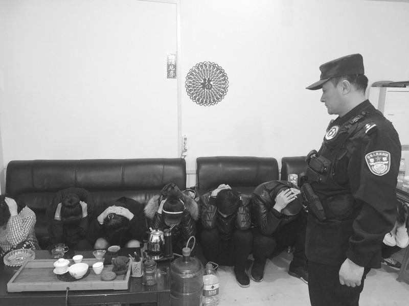 南关岭20多人居民楼内聚众吸毒赌博被抓