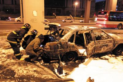 出租车刚?#27833;?#27668;发生爆响被烧废