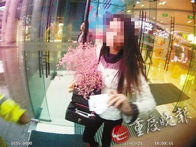 姑娘把身上最后一点钱拿来买花警方供图