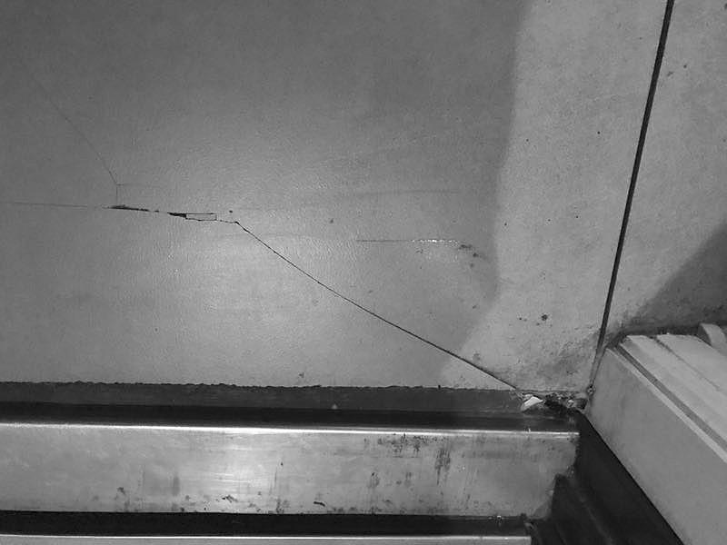 地面瓷砖裂纹。摄影于雅坤