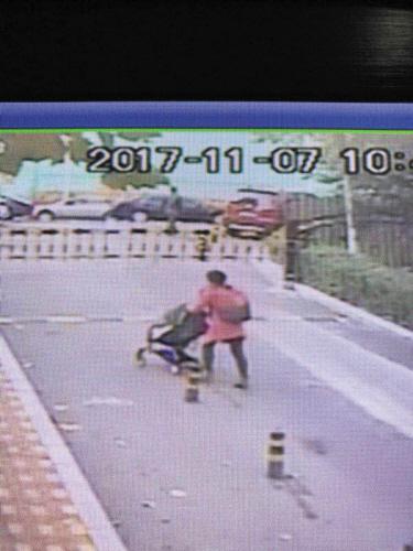 现场视频显示女子推走车子。