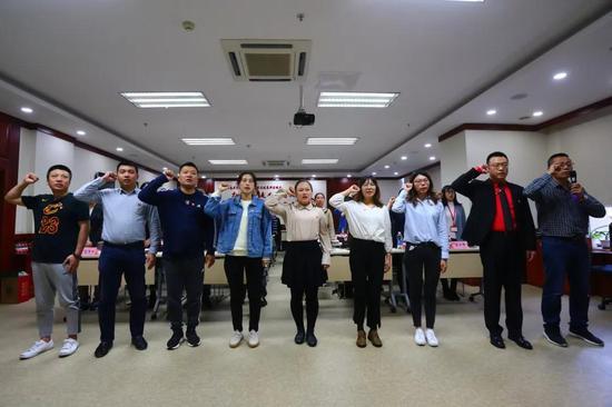 唱国歌、新党员宣誓和老党员重温入党誓词。