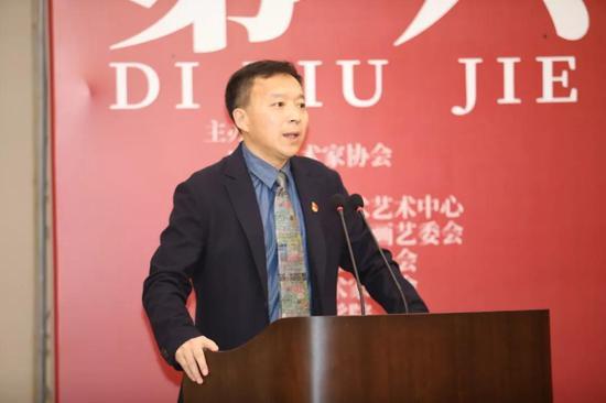 鲁迅美术学院视觉传达学院书记张松川主持本次开幕仪式