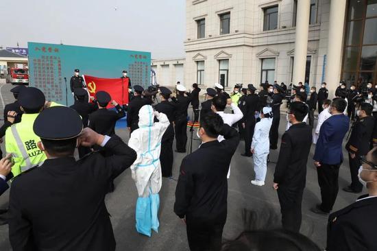 大连市举办疫情防控一线新发展党员集体宣誓仪式