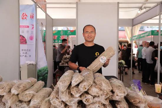 """瓦房店市太阳街道王店村""""第一书记""""曹中华带来了1000多斤的""""村里红""""地瓜粉条,受到了市民们的喜爱,一上午就销售了500多斤。"""